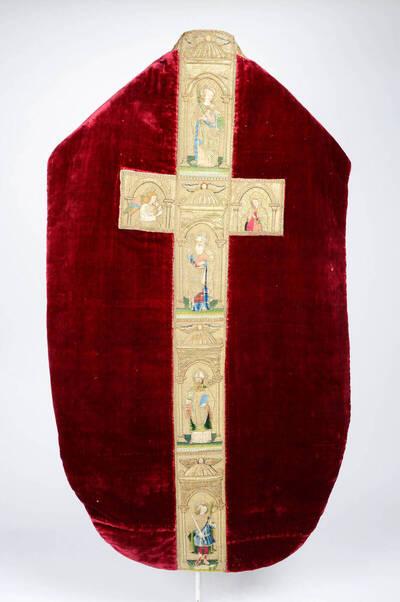 Kaselkreuz mit Heiligenfiguren und Maria in Arkaden, auf weinrotem Samt
