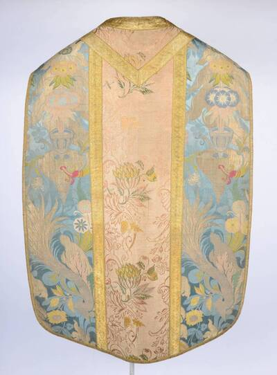 Bizarre Seide, Blumen- und Blattmotiven in Vasen und Gefäßen auf hellblau, Stab rosa, Goldborten