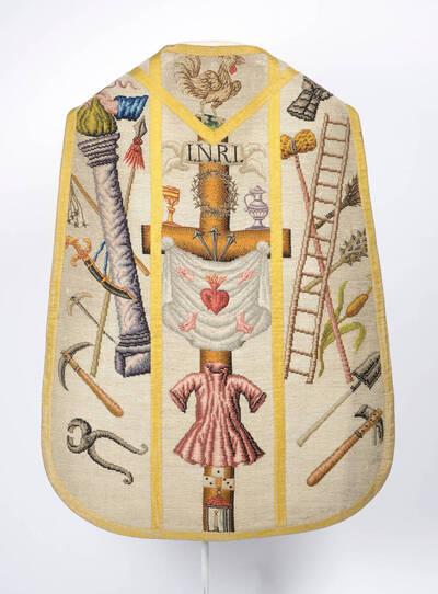 Arma Christi, bunte Kreuzstichstickerei auf weißem Grund