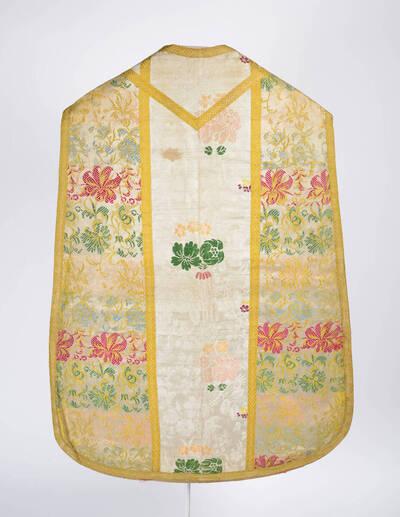 Kaselstab: Blumenmuster auf weißem Grund, Seitenteile: dichteres buntes Blumenmuster