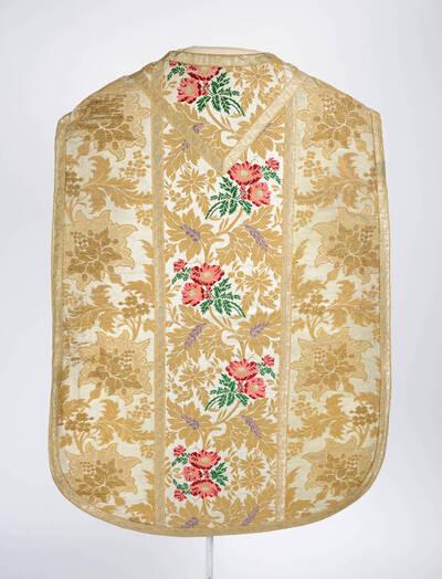 Kaselsta: buntes Blumenmuster mit goldenen Blättern, Seitenteile: goldene Blumenranken auf weißem Grund