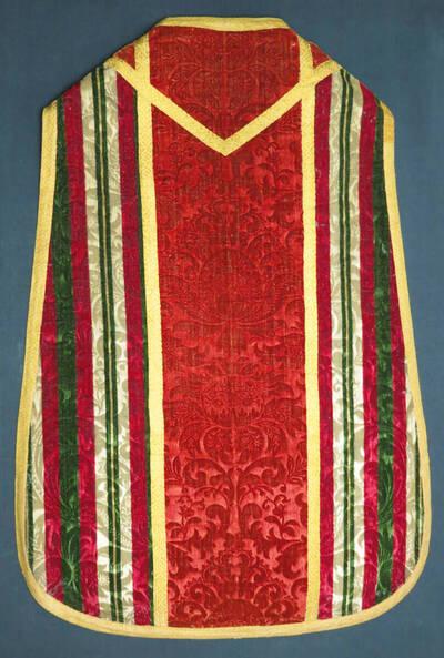 Wollsamtkasel mit Mustern aus symmetrischen Korbblüten auf rotem Grund