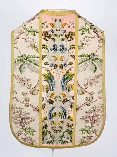 Seitenteile: Pflanzenornamente und Rosskastanie auf blassgrau, Stab: Blumenornament auf rosa Grund
