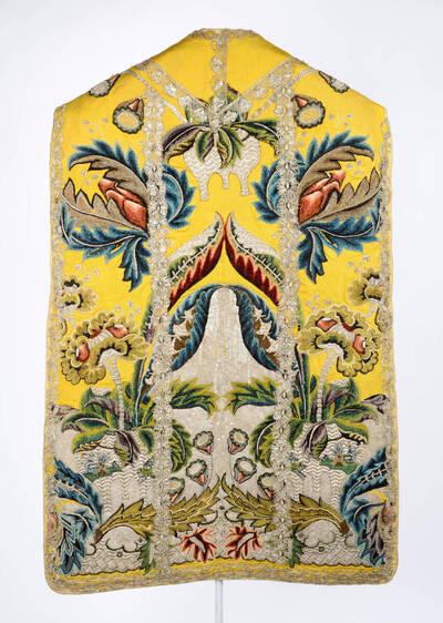 Stickerei in Silber und Chenille, Blumen und gezackte Blätter auf gelbem Grund