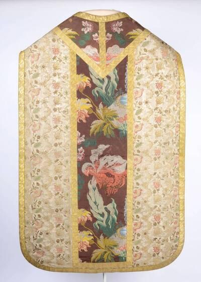 Kaselstab im Style Revel auf braunem Grund, Seitenteile: kleinteilige Blumenranke auf hellem Grund