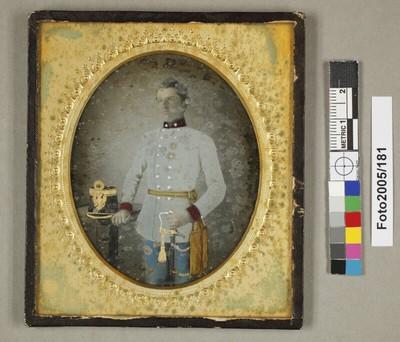Bildnis eines jungen österreichischen Infanterieoffiziers in weißem Rock, Kniestück