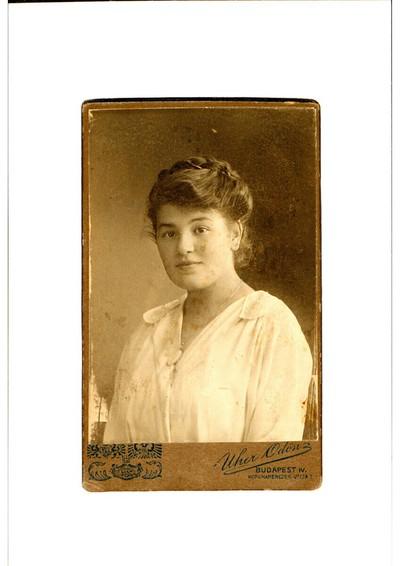 Dame in weißer Bluse