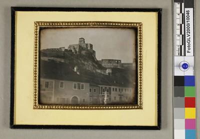Häuserreihe unterhalb der Burg von Trencin in der Slowakei (seitenverkehrt)