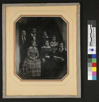 Gruppe von drei Jünglingen und vier Mädchen