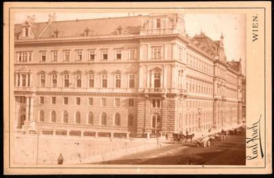 Ecke eines großen Gebäudes im Stil der Wiener Renaissance