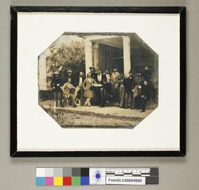 Großes Gruppenbild einer Versammlung junger Männer bei einer offenen Halle in einem Park