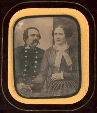 Bildnis eines Ehepaars, halbe Figuren, er in Uniform, mit mächtigem Schnurrbart und drei Sternen am Kragen