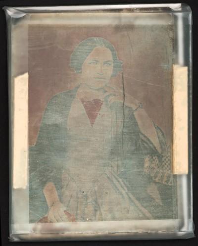 Bildnis einer Dame, halbe Figur, an einem Tisch sitzend, den Finger des aufgestützen Armes an das Kinn gelegt