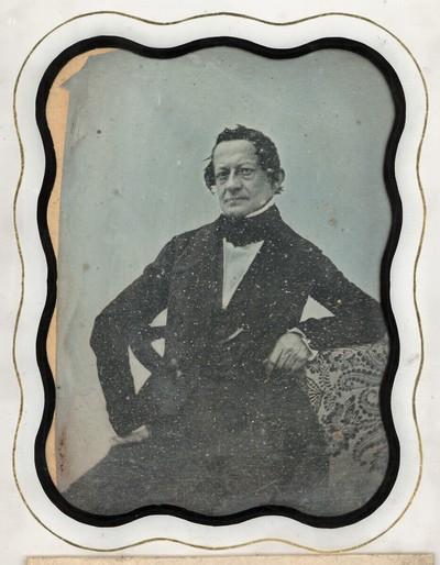 Bildnis eines älteren Herrn, Dreiviertelfigur, an einem Tisch sitzend