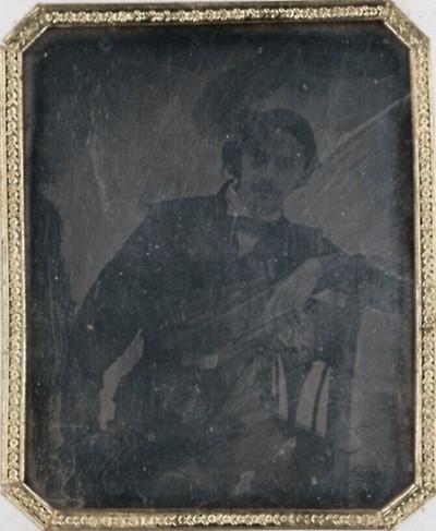 Mann leger auf Sessel sitzend- mit Gürtel um Taille