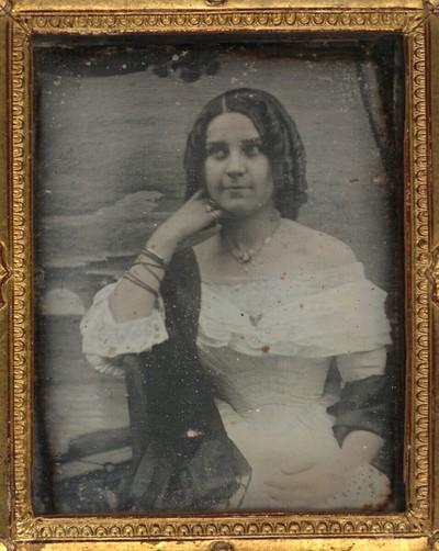 Damenbildnis, halbe Figur, vor gemaltem Ausblick auf Sonnenuntergang am Meer