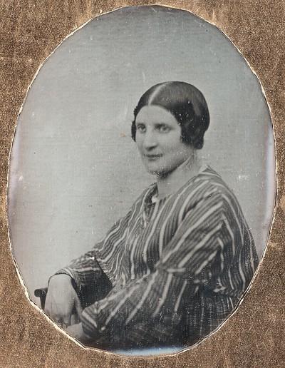 Junge Frau, halbe Figur nach links