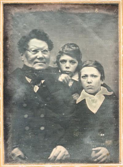 Vater mit zwei Söhnen