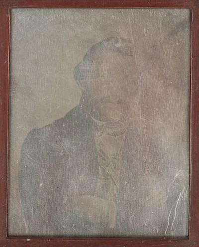 Bildnis eines Herrn mit Backen- und Schnurrbart, halbe Figur, die Arme vor der Brust verschränkt