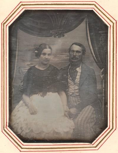 Junges Paar vor gemalter Dekoration