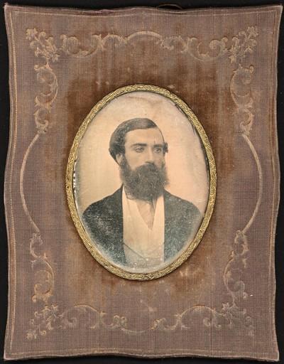 Brustbildnis eines Herrn mit dunklen Haaren und Vollbart