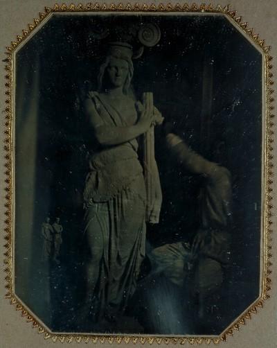 Karyatide (Die Stärke) von Hans Gasser für das Alte Rathaus in Wien 1855-1857, mit dem Bildhauer selbst in Aktion