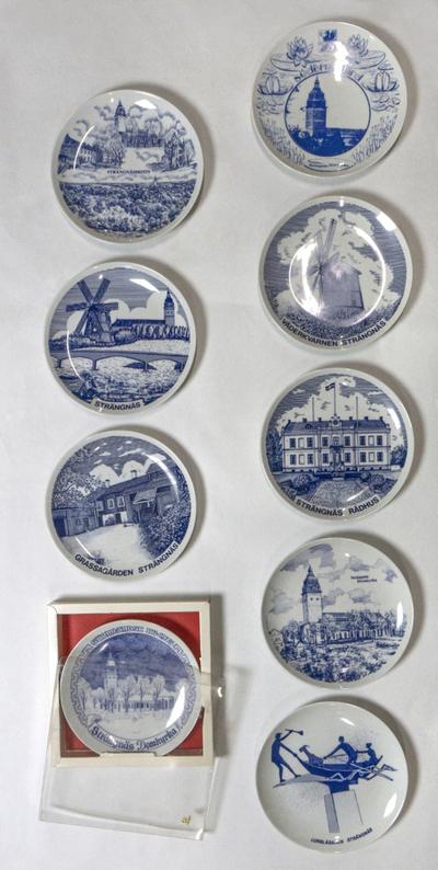 Nio minnestallrikar av porslin, souvenirer från Strängnäs, troligen 1970-tal