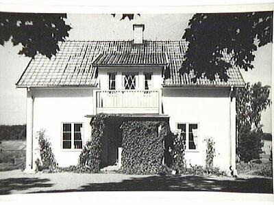 Bjärsätterstorp med manbyggnad uppförd 1937.