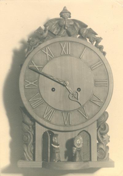Klocka av bildhuggarmästare Fritz Johansson, 1945