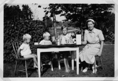Fika hos familjen Blomberg i Råby ca 1948