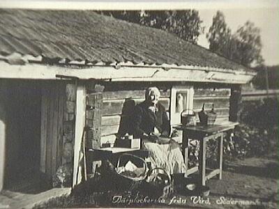 Hedvig Ekberg vid smedstuga vid spikbruket i Virå, Björkviks socken