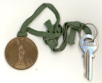 Rund nyckelring med bild på Frihetsgudinnan, Amerikaminne från 1955
