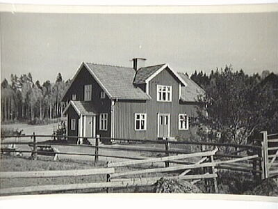 Trullsten med manbyggnad uppförd 1936.