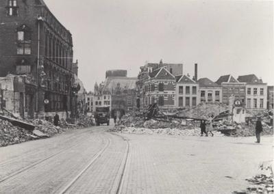 Gezien vanuit de Lange Burchtstraat met links het uitgebrande (20 september 1944) Stadhuis op de hoek met de Lange Nieuwstraat, waarvan het pand van Van Raay nog gedeeltelijk overeind  staat.