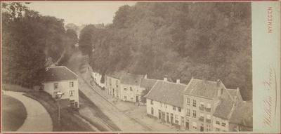 Gezien in westelijke richting, met linksboven het Kelfkensbos en rechtsboven het Valkhof. Links woningen op het St. Geertruidsbergje (genummerd aan de even zijde van de weg) ; de laatste woning werd gesloopt in 1897-1898. Rechts de beruchte Rozemarijngas
