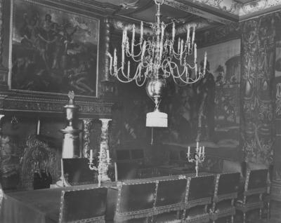 Interieur van de Trouwzaal in het Stadhuis met een op getorste zuilen van Italiaans marmer rustende schoorsteenboezem waarop een schoorsteenstuk voorstellende het Verbond tussen Bataven en Romeinen geschilderd door Nicolaas van Helt Stockade. In 1944 (brandstichting Hitler Jugend) brandde de kamer uit maar schilderij en gobelins bleven gespraad.