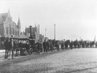 Het personeel van de Beer en Zinkputtenlediging met hun voertuigen voor het station. Bij gelegenheid van de ingebruikname van de Stoommachine