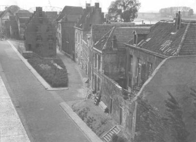Links de Vleeshouwerstraat, gezien vanaf het Groene Balkon, in de richting van de Grotestraat. In het midden de Steenstraat met het eerste huis links het Besiendershuis en daar tegenover het Zeilmakershuis (de Zeilmakerij) (met de trapgevel).