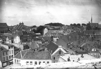 Blik op het Mariënburg en omgeving die bij het bombardement van 22 februari 1944 de dans ontsprong maar tijdens de bevrijding van de stad tussen 17 en 20 september onherstelbare schade opliep. De foto is genomen vanaf de deerlijk gehavende Sint Petrus Canisuskerk aan de Molenstraat.