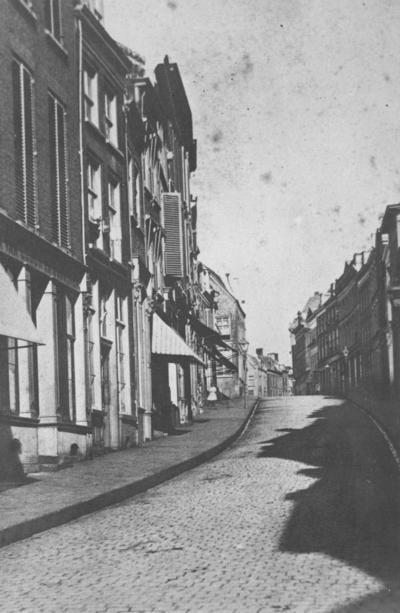 De Korte Hezelstraat richting Grote Markt zoals de straat toen nog genoemd werd op een zomerse dag. Ook de naam Boven-Hezelstraat werd gebruikt maar op 2 februari 1921 werd de officiële naam Stikke Hezelstraat. Bij het bombardement van 22 februari 1944 werd de straat bijna geheel weggevaagd