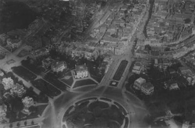 Luchtfoto van het Keizer Karelplein en omgeving ; linksonder (tussen Stationsweg en Nassausingel) de villa van het gezin van de steenfabrikant A.P.A. Terwindt (Keizer Karelplein 10) ; daarboven de villa's aan de Nassausingel 1 en Nassausingel 3 (het woonhuis van J.G. Jurgens, directeur van de Maas en Waalsche Bank). Op de plek van deze drie villa's is in 1960 de Stadsschouwburg gebouwd. Aan de overzijde de (thans nog steeds bestaande) villa's aan de Nassausingel 2 en 4 ; rechts daarvan (op de hoek met de Bisschop Hamerstraat) de witte villa van de margarinefabrikant Arnoldus Jurgens (Keizer Karelplein 11, het latere Universiteitsgebouw waar tegenwoordig de ABN/AMRObank staat) ; rechts van de Bisschop Hamerstraat de villa's Keizer Karelplein 1 en 2.(hier werd later de Boerenleenbank / RABObank gebouwd) ; linksboven het Kolpinghuis (de Gezellenvereniging) tussen de Van Berchenstraat en de Smetiusstraat