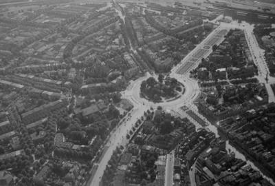 Luchtfoto van het Keizer Karelplein met rechtsboven de Stationsweg (de huidige Van Schaeck Mathonsingel) lopend richting het station, met geheel rechts de Spoorstraat; daaronder de Nassausingel; onderin in het midden de Oranjesingel en rechts onderin de Bisschop Hamerstraat; links in het midden loopt de St. Annastraat en bovenin in het midden de Graafseweg