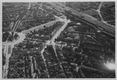 Gezien vanuit het Noorden, van een gedeelte van het centrum met links het Keizer Karelplein met daaronder de Bisschop Hamerstraat en de Molenstraat; rechts van het plein loopt de Stationsweg (de huidige Van Schaeck Mathonsingel) richting het station; onder het station loopt de Spoorstraat richting het centrum; rechts onderin het Kronenburgerpark