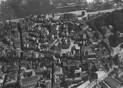 Luchtfoto van het oostelijk deel van de binnenstad en benedenstad : links van boven naar beneden de Grotestraat en de Broerstraat (met de Broerstraatkerk) ; van links naar rechts door het midden loopt de Burchtstraat ; rechtsboven het Valkhof