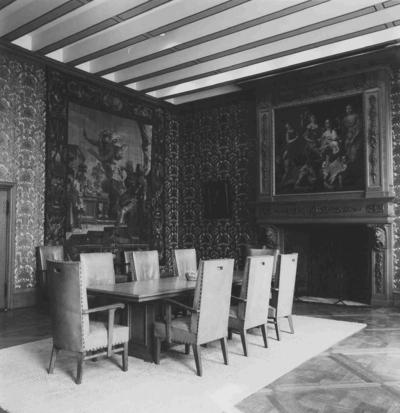 Het interieur in de Eerste Gouden Kamer, in het Stadhuis, met rechts op de Schouw: