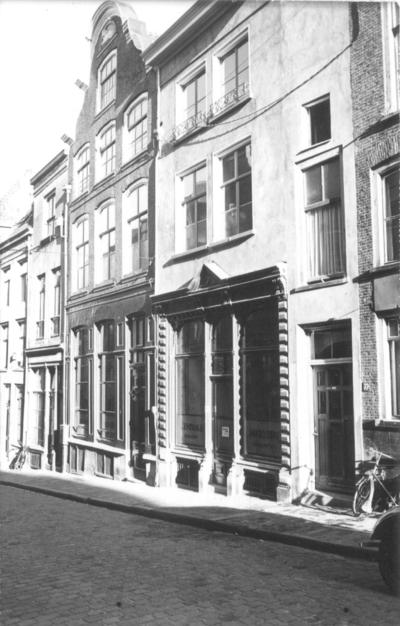 Panden aan de oostzijde van de Grotestraat. Het pand met de geveldriehoek boven de voordeur in de winkelpui (huisnummer 24)  is de Centrale Drukkerij, waarvan de heer Schuurmans de directeur was. In het hele pand was de drukkerij gevestigd. Het pand met de klokgevel (huisnummer 26) heette De Roode Leeuw, het pand links daarvan (huisnummer 28) heette vroeger De Eenhoorn)