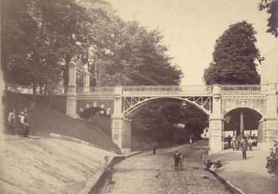 De brug over de Voerweg, ontworpen door Jan Jacob Weve in 1886 en opgericht ter ere van het Driemanschap tot uitleg (ontmanteling) van de stad Nijmegen: J.H. Graadt van Roggen, Mr. W. Francken en H.L. Terwindt. De brug leidt vanaf het Kelfkensbos naar het Valkhof