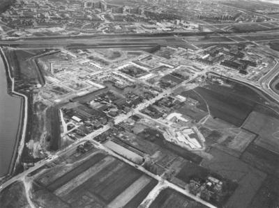 Luchtfoto van de aanbouw van de wijken (v.l.n.r.) De Kluijskamp, De Geerkamp en De Voorstenkamp in het stadsdeel Lindenholt ; schuin door het midden loopt van linksonder naar rechtsboven de St. Agnetenweg ; haaks daarop onderin de Nieuwstadweg ; bovenin de Wijchenseweg en de wijk Zwanenveld ; rechtsboven de IJpenbroekweg ; rechtsonder zou later de wijk De Gildekamp verrijzen en linksonder de wijk De Hoefkamp