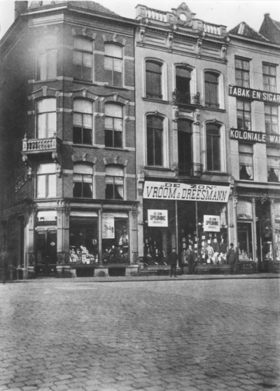 Een gedeelte van de zuidgevel van de Grote Markt : V.l.n.r. Grote Markt 1 (sigarenzaak C. van Steensel) , Grote Markt 2 (Magazijn de Zon van Vroom en Dreesmann) en Grote Markt 3 (C.J.R. Geurts Koloniale Waren en tabaksartikelen) ; links de hoek met de Broerstraat