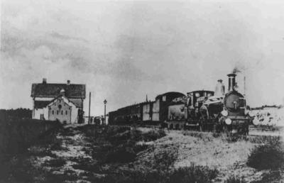 Het station Mook-Middelaar gebouwd tijdens de aanleg van de spoorlijn van Nijmegen naar Venlo in 1882-83. De officiële opening van de spoorweg vond plaats op 1 mei 1883 en van het station op 1 juni 1883. Op 15 mei 1938 werd het station voor personenvervoer gesloten en in 1975 afgebroken. De stoomtrein die stopt is de 387 van Arnhem via Nijmegen en Maastricht naar Luik. In 2009 werd er weer een station geopend onder de naam Mook-Molenhoek